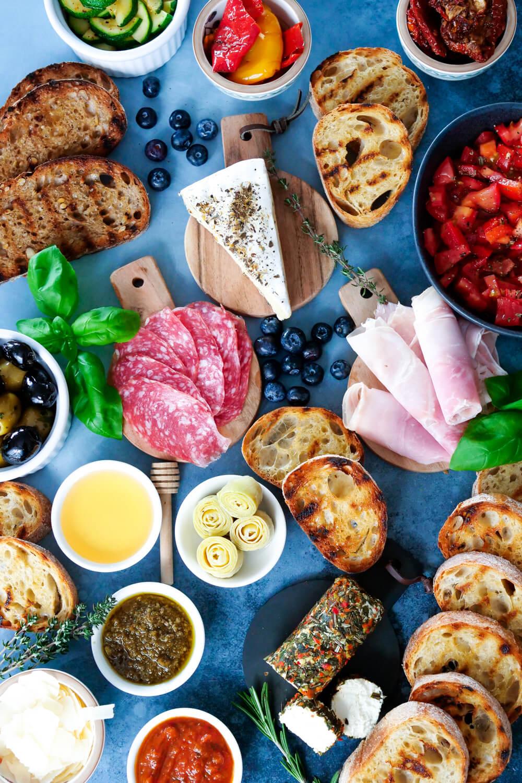 Bruschetta Platte für den Brunch oder das Buffet - eine schnelle Rezeptidee für Silvester oder Weihnachten