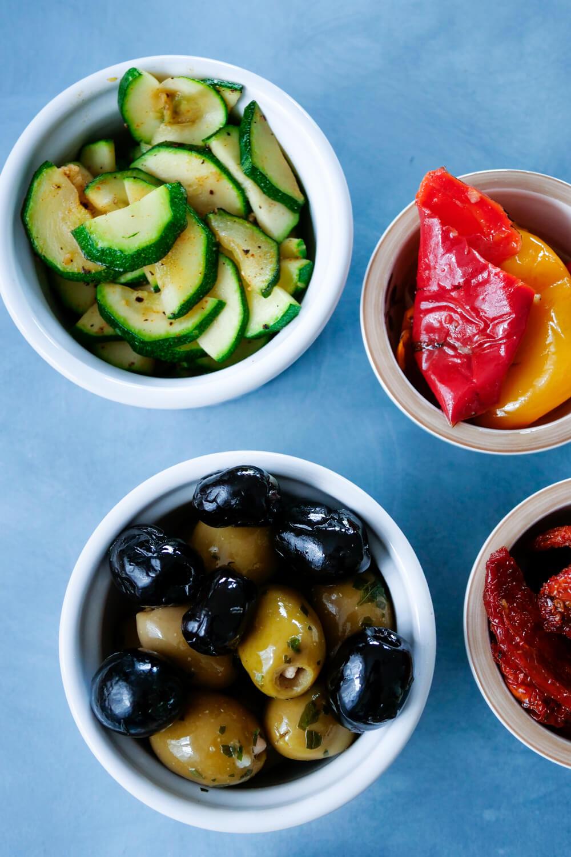 Meine Topping Ideen für deine Bruschetta: Gebratene Zucchini, gegrillte Paprika und Oliven