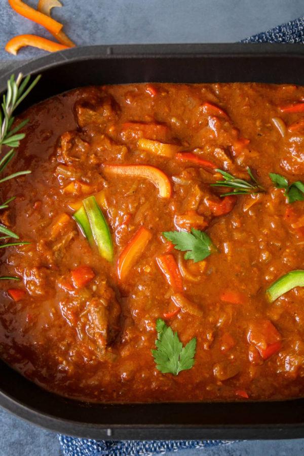 Einfaches Rezept für Gulasch mit Paprika aus dem Backofen