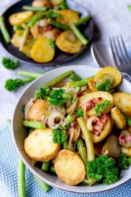 Bratkartoffelsalat mit Speck und Bohnen