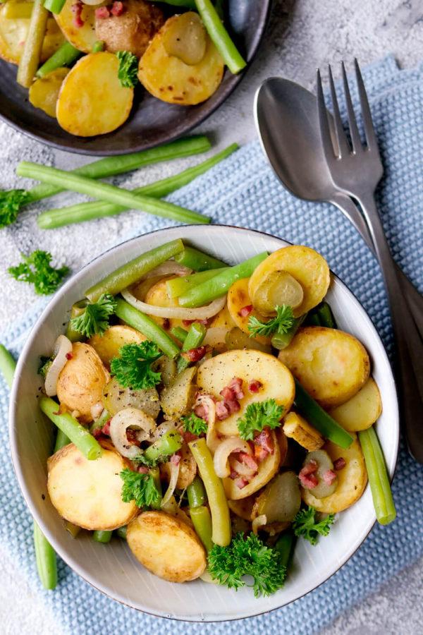 Bratkartoffelsalat aus der Pfanne mit grünen Bohnen, Petersilie und Speck