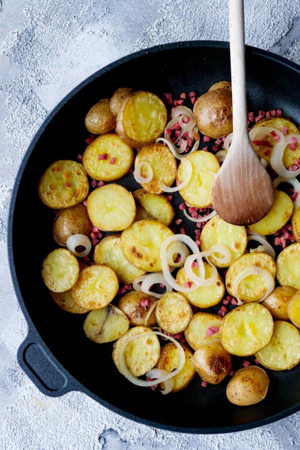 Bratkartoffelsalat aus der Pfanne