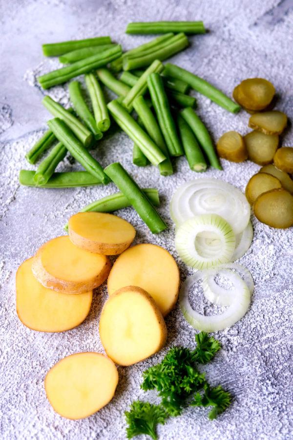 Zutaten für den Bratkartoffelsalat mit Bohnen und Speck
