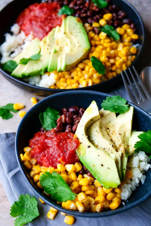 Burrito Bowl mit Blumenkohlreis, Avocado, Mais, schwarzen Bohnen und Koriander