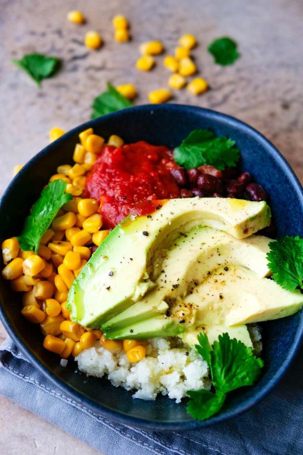WW Bowl mit Blumenkohlreis, Avocado, Mais, Bohnen und Salsa Sauce