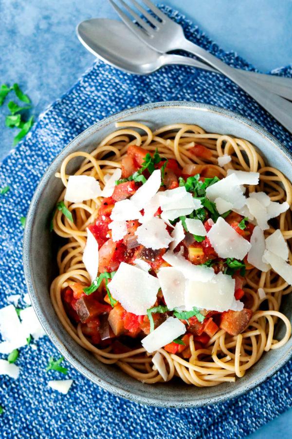 Tomatensauce mit Aubergine und Paprika - gesundes und leckeres Familienessen