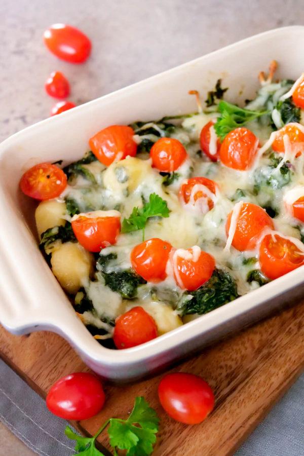 Schneller Auflauf mit Gnocchis, Spinat, Tomaten, Mozzarella und Parmesan