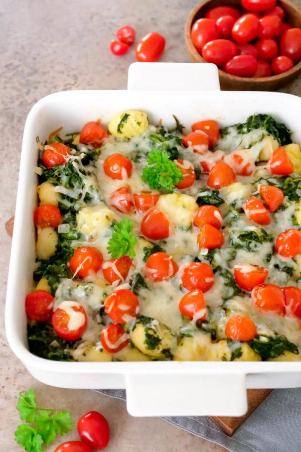 Einfacher Gnocchi Auflauf mit Blattspinat, Parmesan und Tomaten