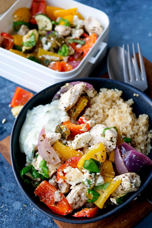 Gesunde Bowl mit Hähnchen, Zucchini, Paprika, Zwiebeln, Tzatziki und Quinoa