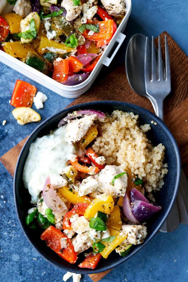 Quinoa mit Paprika, Zucchini, Feta, Hähnchen und Tzatziki in der Schüssel