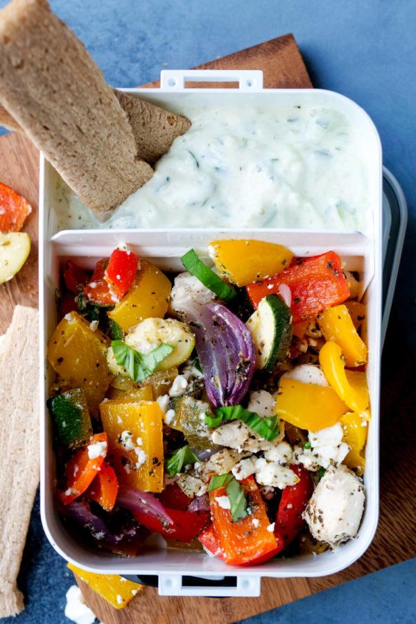 Meal Prep Lunchbox Rezept mit Hähnchen, Zucchini, Paprika und Tzatziki