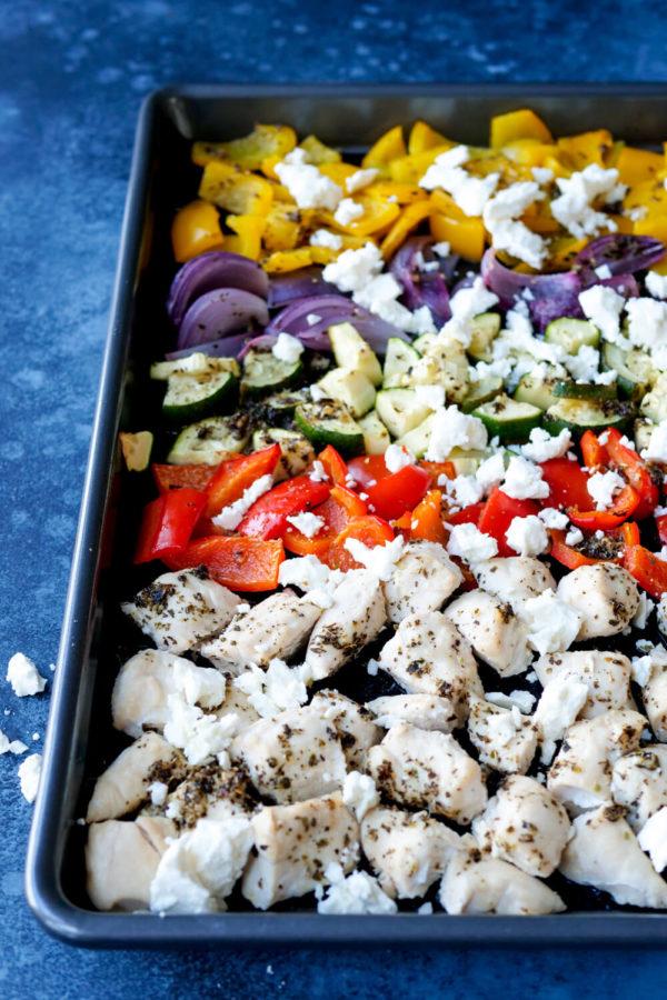 Geniales Ofengemüse mit Hähnchen, Paprika und Zucchini