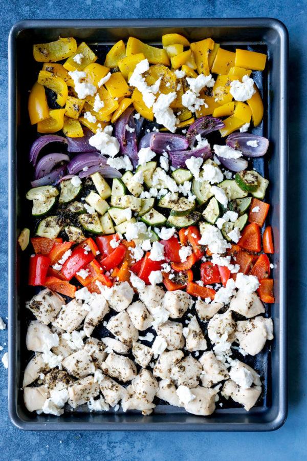 Ofengemüse mit Hähnchen, Paprika, Zucchini, Zwiebeln und Feta auf dem Backblech