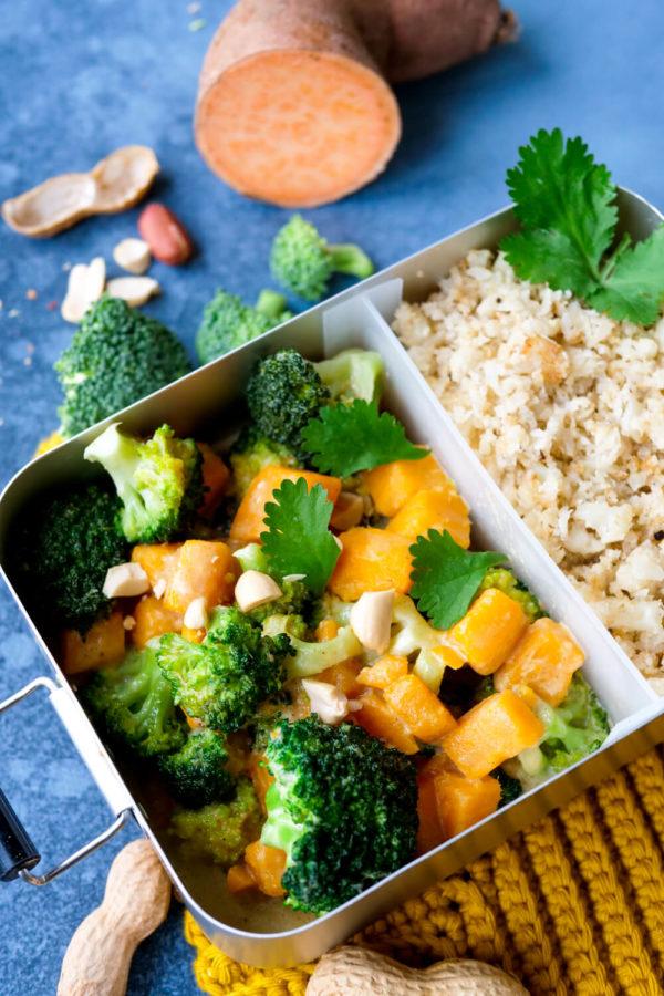 Süßkartoffel-Curry mit Brokkoli und Blumenkohlreis in der Lunchbox