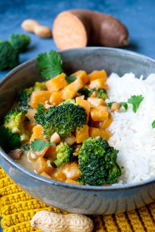 Süßkartoffel-Curry mit Brokkoli, Kokosmilch und Reis