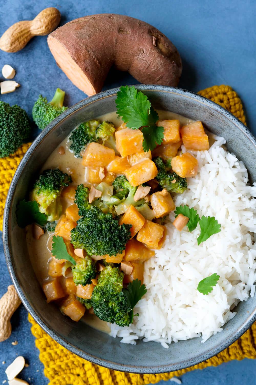 Curry mit Süßkartoffeln, Kokosmilch, Brokkoli und Reis