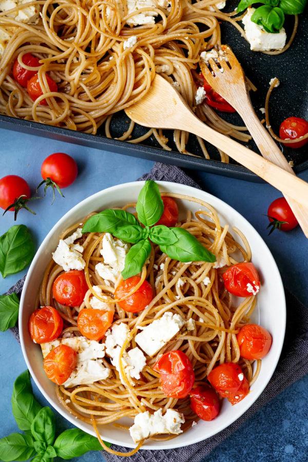 Spaghetti mit Tomaten, Feta und Basilikum in der Schüssel
