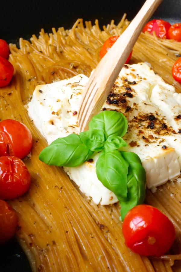 Baked Feta Pasta mit Tomaten und Basilikum in der schwarzen Auflaufform