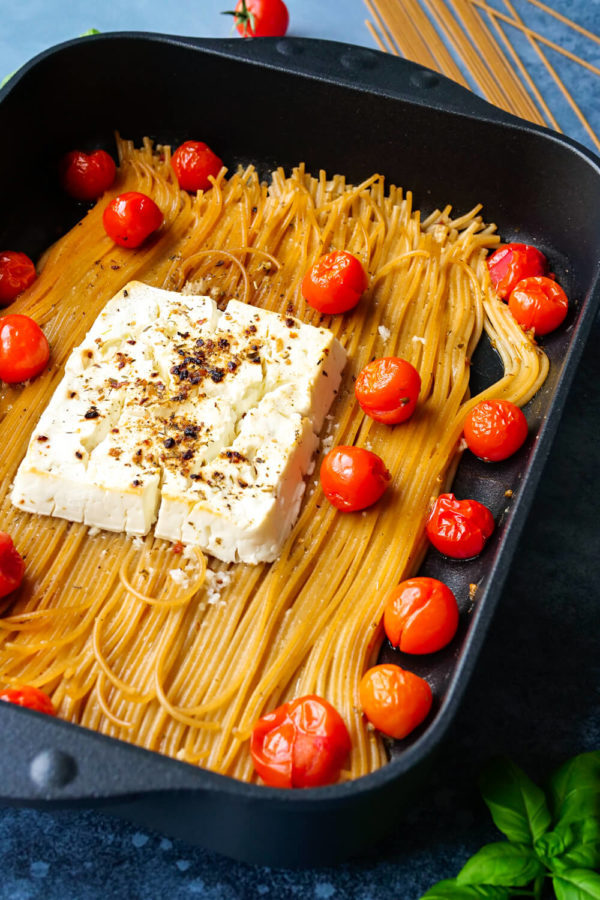 Feta Pasta mit Tomaten und Gewürzen in der schwarzen Auflaufform.