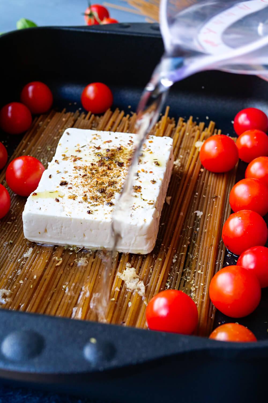 Einfache Spaghetti mit Feta und Tomaten aus der Auflaufform - das perfekte Essen für dein Homeoffice