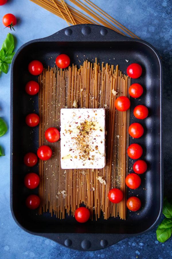 Spaghetti mit Feta und Tomaten in der schwarzen Auflaufform