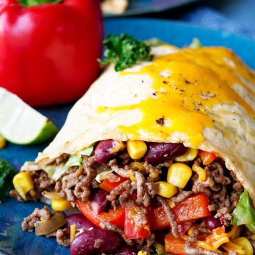 Mexikanische Low Carb Rolle mit Hackfleisch, Kidneybohnen, Mais und Salsa mit Cheddar überbacken