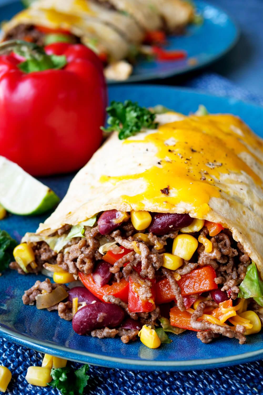 Low Carb Wrap mit mexikanischer Hackfleisch-Füllung, Mais, Kidneybohnen und Paprika