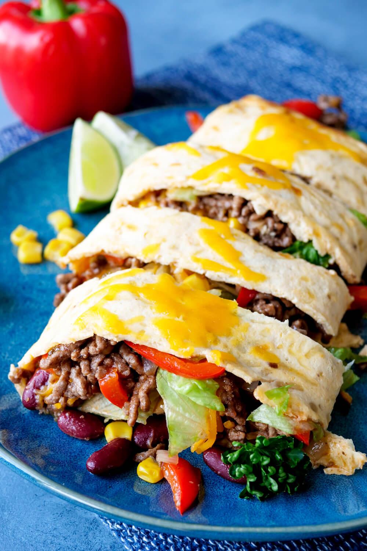 Mexikanische Low Carb Rolle mit würzigem Hackfleisch, Cheddar, Paprika, Kidneybohnen und Mais