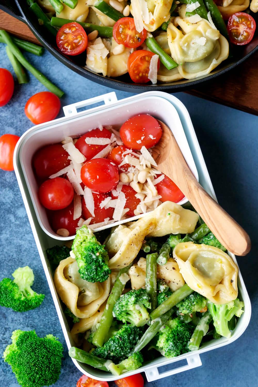 Gesunde Meal Prep Tortellini-Gemüse-Pfanne mit Bohnen, Brokkoli und Tomaten