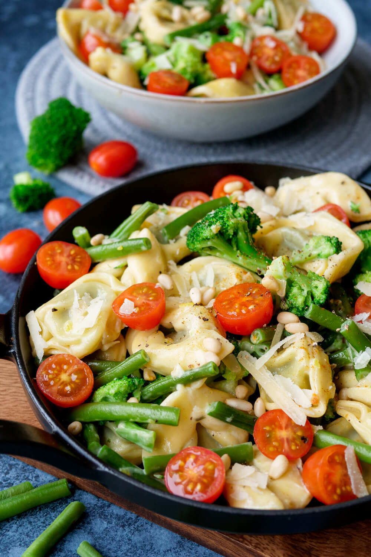 Vegetarische Tortellini-Pfanne mit Brokkoli, Tomaten und Bohnen