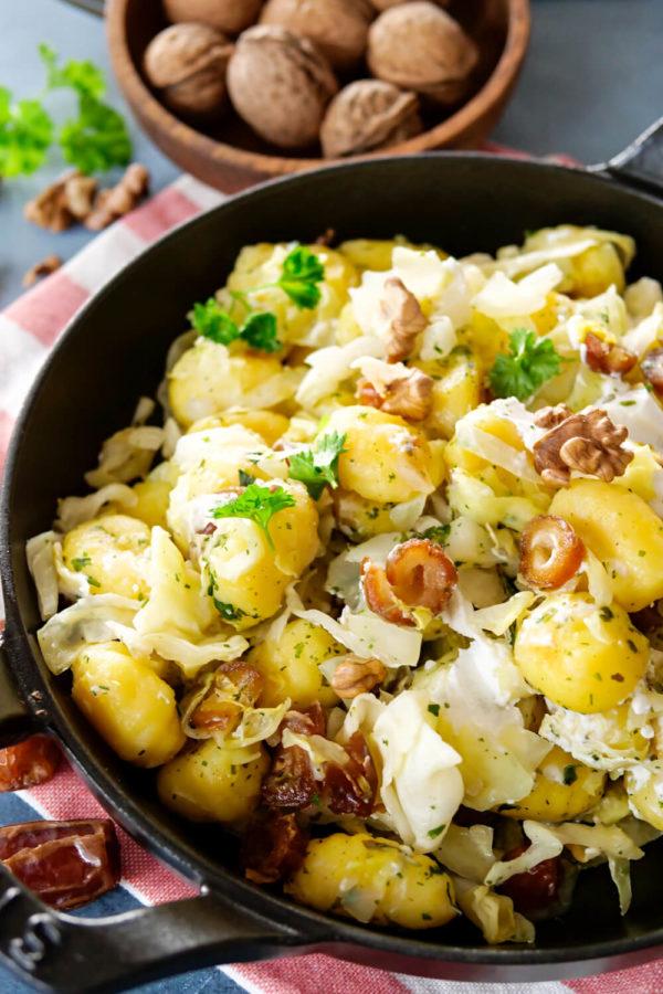 Gnocchipfanne mit Spitzkohl, Datteln, Walnüssen und Ziegenkäse