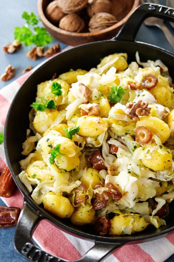 Gnocchi-Spitzkohl-Pfanne mit Ziegenkäse, Datteln und Walnüssen