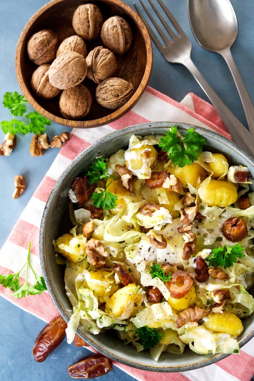 Gesunde Gnocchi-Spitzkohl-Pfanne mit Datteln, Walnüssen und Ziegenkäse