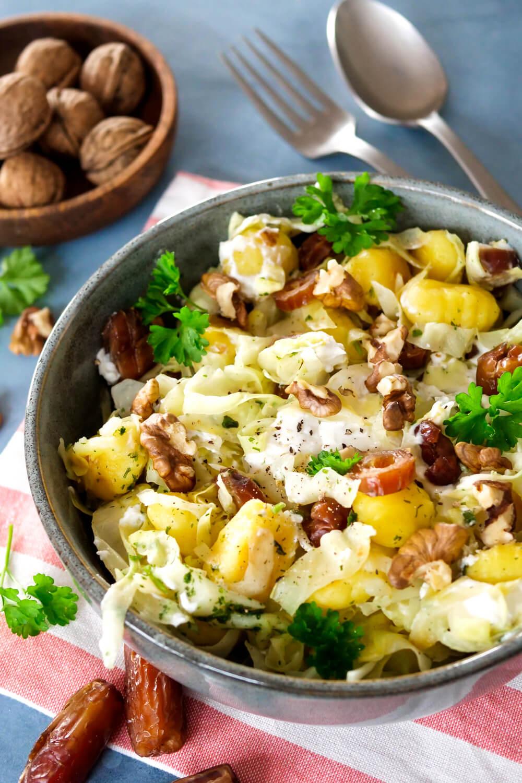 Spitzkohl-Pfanne mit Gnocchi, Ziegenkäse, Datteln und Walnüssen