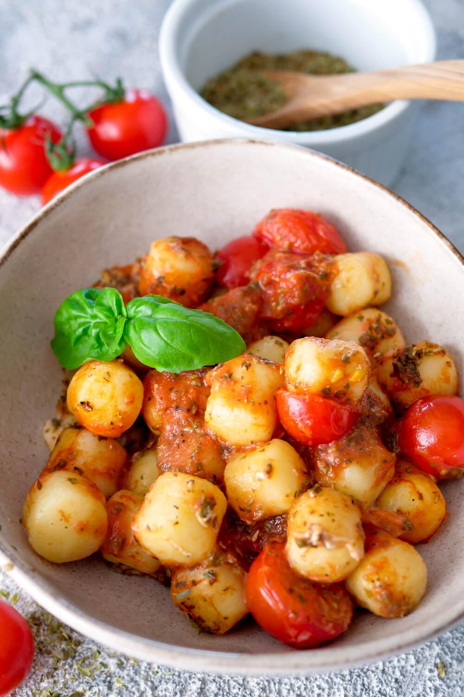 Gnocchi mit Tomaten, Mozzarella und Basilikum