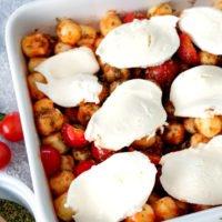 Gnocchi Auflauf mit Mozzarella und Tomaten in der weißen Auflaufform