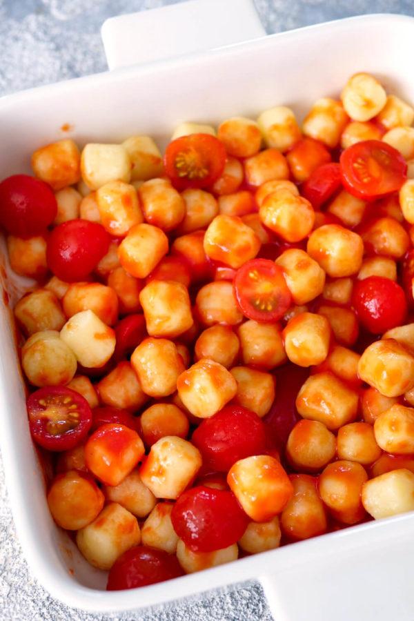 Kleine Gnocchi mit Tomatensauce und Tomaten in der quadratischen weißen Auflaufform