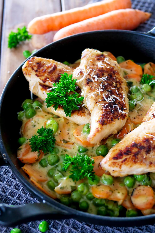 Hähnchen mit Erbsen und Möhren - ein schnelles Mittagessen-Rezept für die ganze Familie