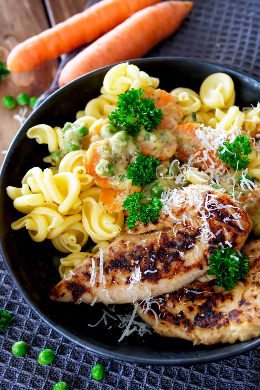 Hähnchen mit Erbsen und Möhren Gemüse - ein schnelles Mittagessen Rezept