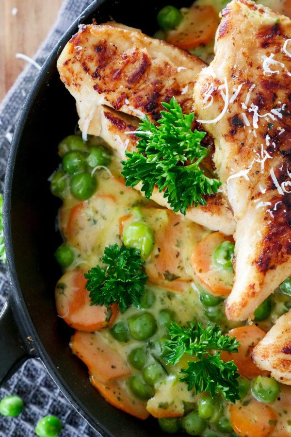 Parmesan-Hähnchen mit Erbsen und Möhren aus der Pfanne