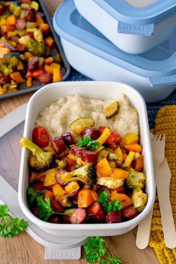 Ofengemüse mit Würstchen - schnelles Abendessen für die Familie