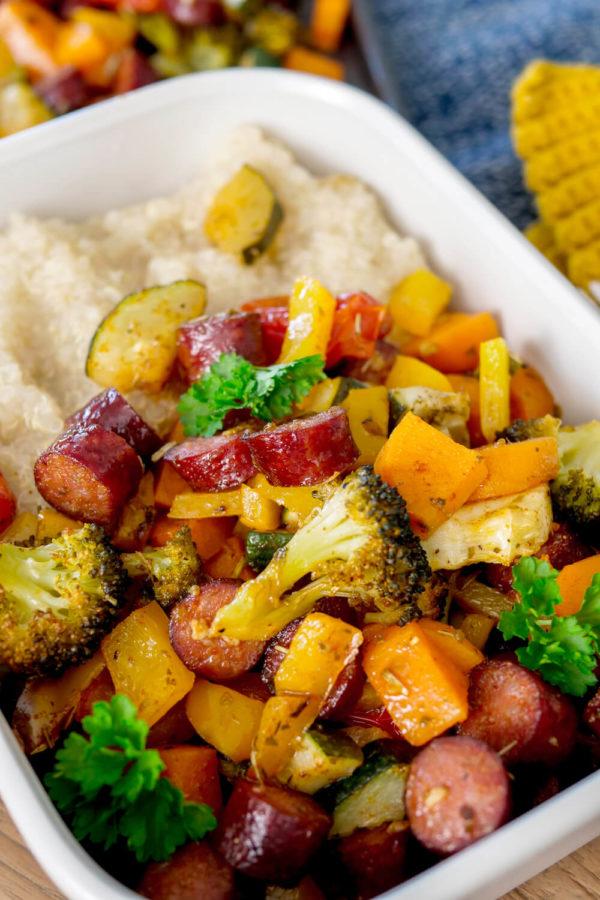 Ein-Blech-Gemüse mit Würstchen - Mittagessen für die Familie