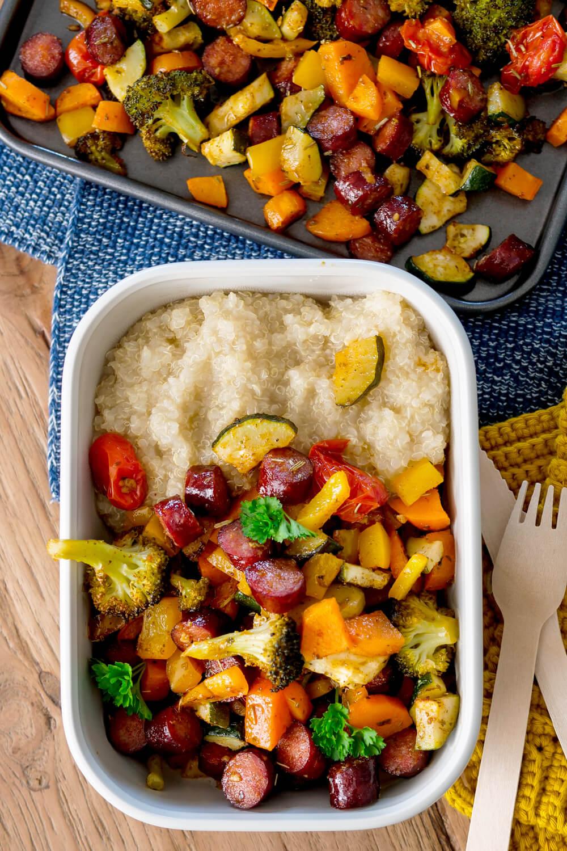 Gemüse-Wurst-Blech mit Süßkartoffeln, Quinoa und Kräuterquark für dein Meal Prep