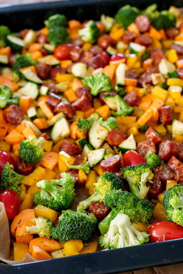 Wurst-Gemüse-Blech mit Süßkartoffeln - Ofenrezept