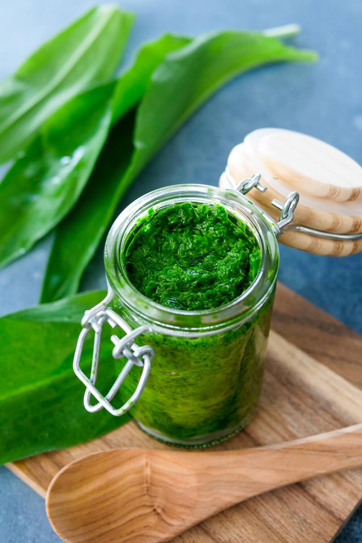 Selbstgemachtes Bärlauch-Pesto im Glas mit frischem Bärlauch