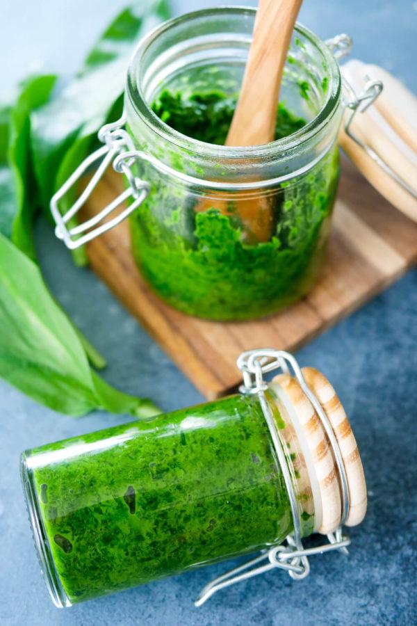 Bärlauch-Pesto im Glas mit frischem Bärlauch