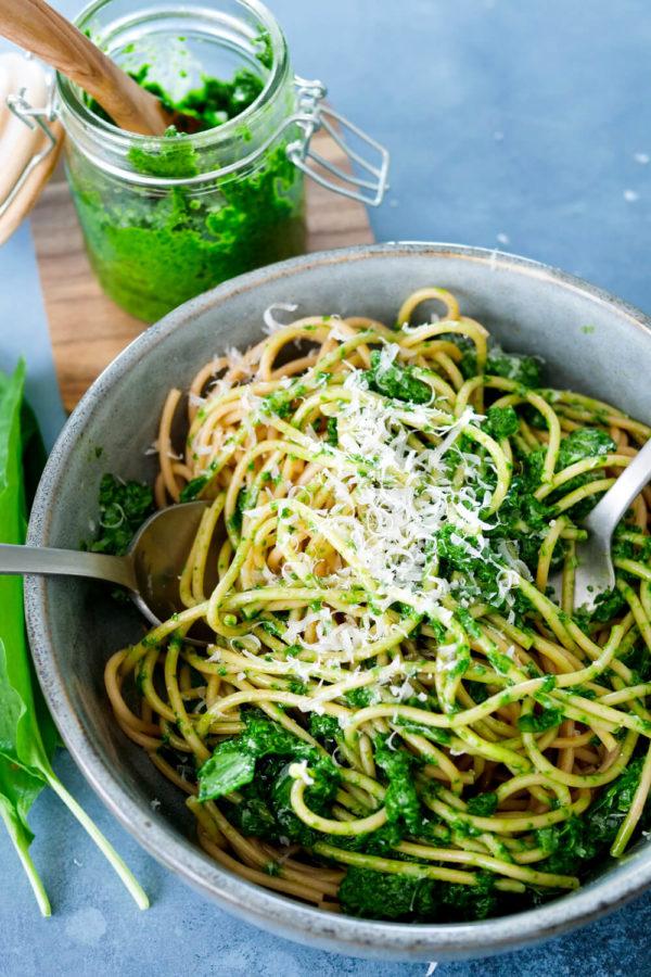 Grünes Bärlauchpesto zu Spaghetti und Parmesan