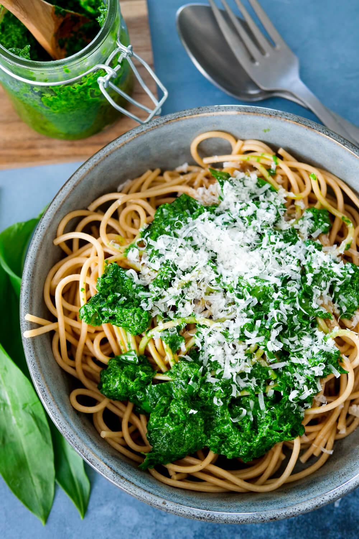 Einfaches Bärlauchpesto mit frische Bärlauch, Parmesan und Spaghetti