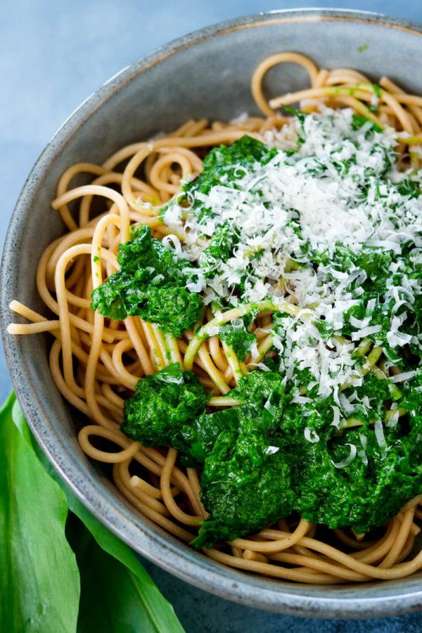 Selbstgemachtes Bärlauchpesto mit Parmesan und Vollkorn Spaghetti