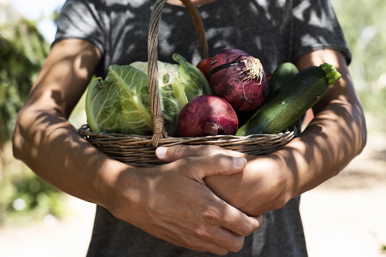 Regionales Gemüse im Bastkorb